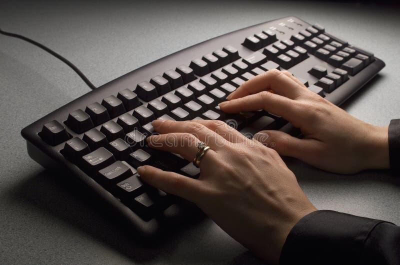 Tastatur mit den Händen stockfotos