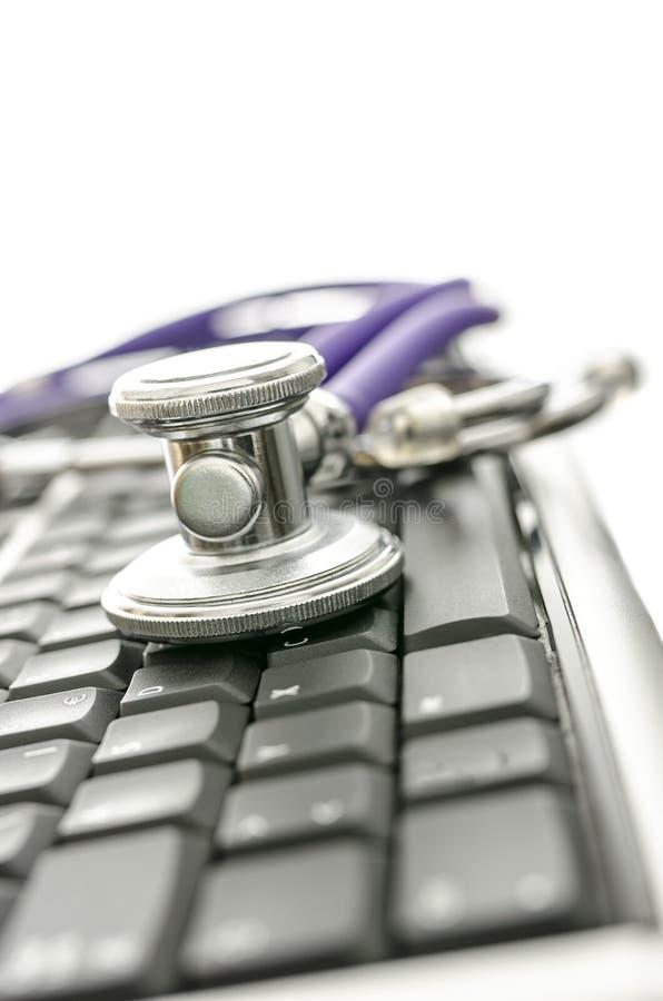 Tastatur mit Stethoskop lizenzfreie stockfotografie