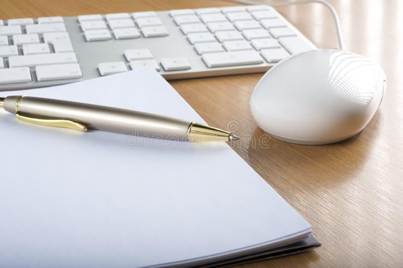 Tastaturen, Maus und Notizbuch lizenzfreie stockbilder