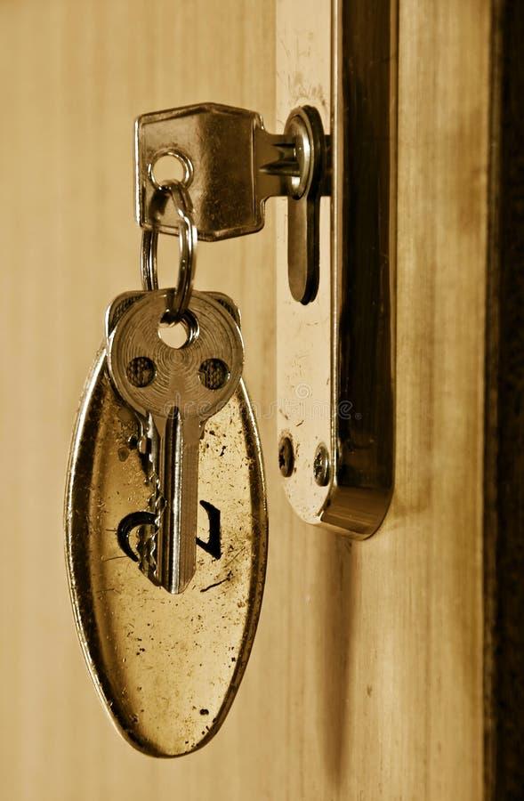 Taste im Schlüsselloch lizenzfreie stockfotografie