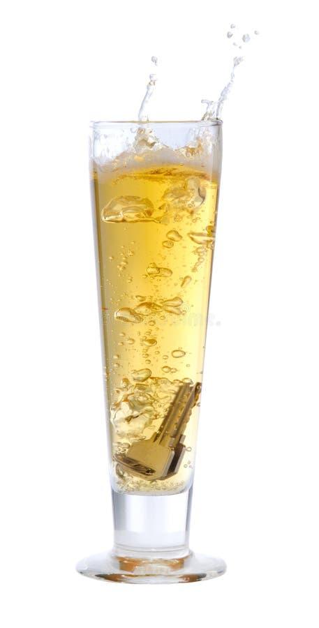 Tasten, die in Bier fallen stockbilder