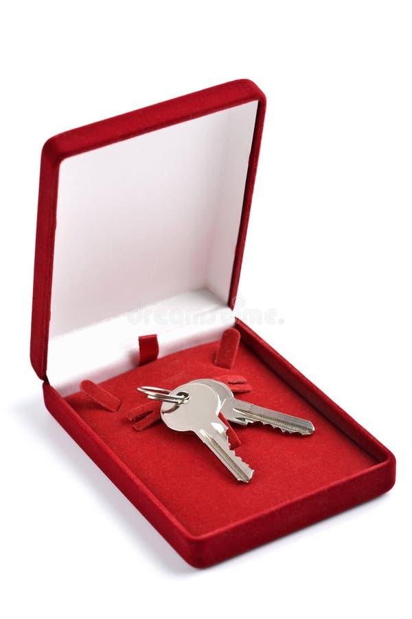 Tasten im roten Geschenkkasten getrennt lizenzfreies stockbild
