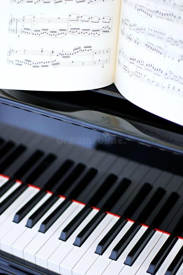 Download Tasti Del Piano E Musica Di Strato In Bianco E Nero Fotografia Stock - Immagine di fine, lucido: 125162