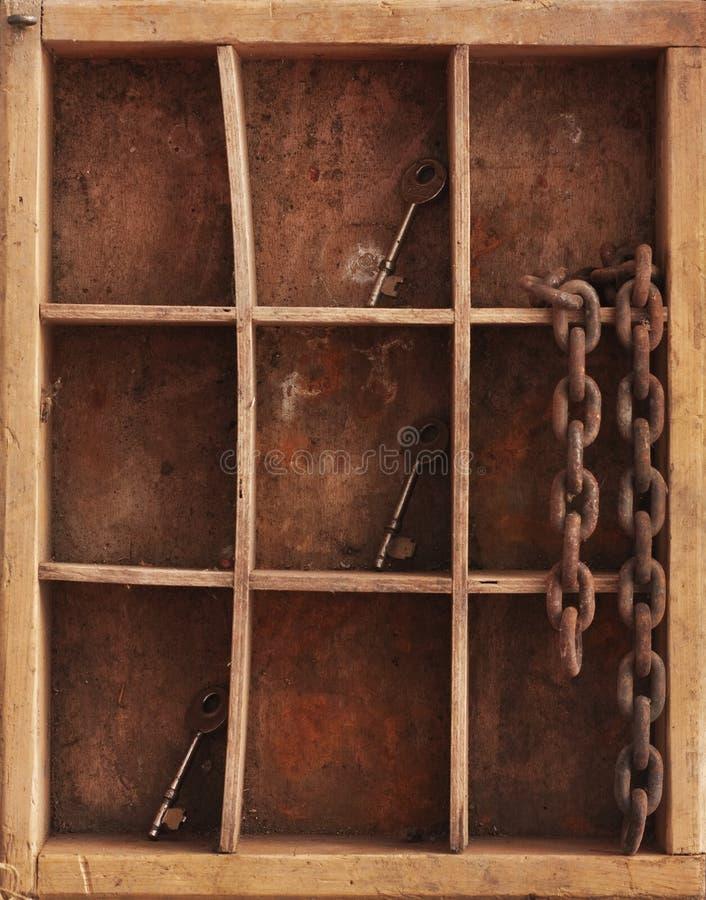 Tasti e catena del whith delle mensole immagine stock