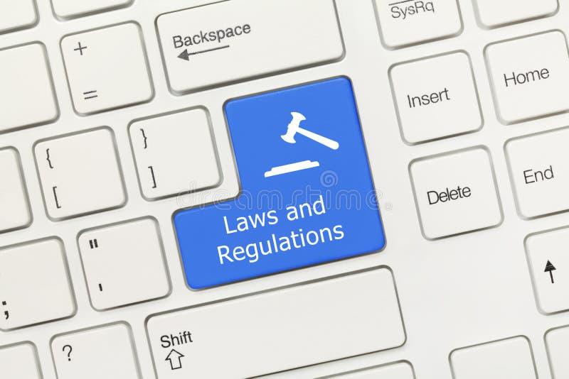 Tastiera concettuale bianca - chiave del blu di regolamenti e di leggi con il simbolo del martelletto immagine stock libera da diritti