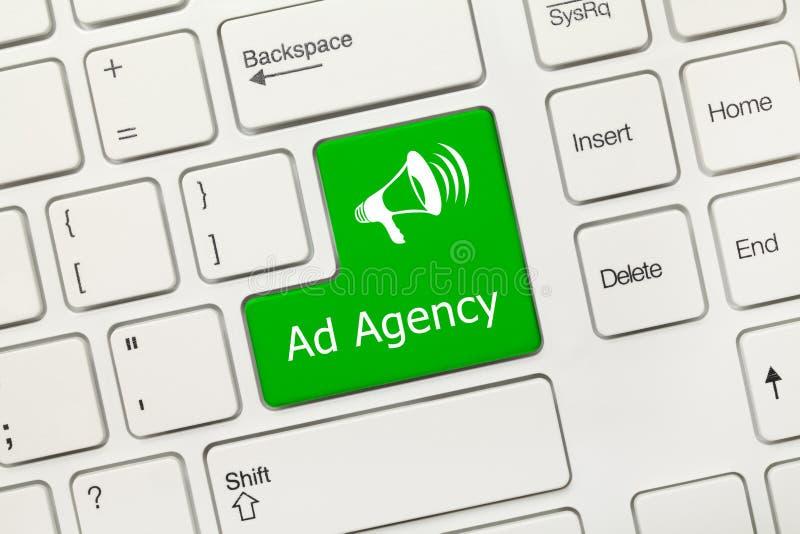 Tastiera concettuale bianca - chiave di verde dell'agenzia pubblicitaria immagini stock