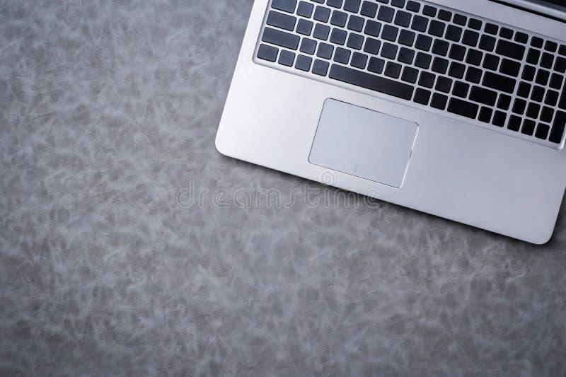 Tastiera del computer portatile su fondo di cuoio grigio con copyspace libero f immagine stock libera da diritti