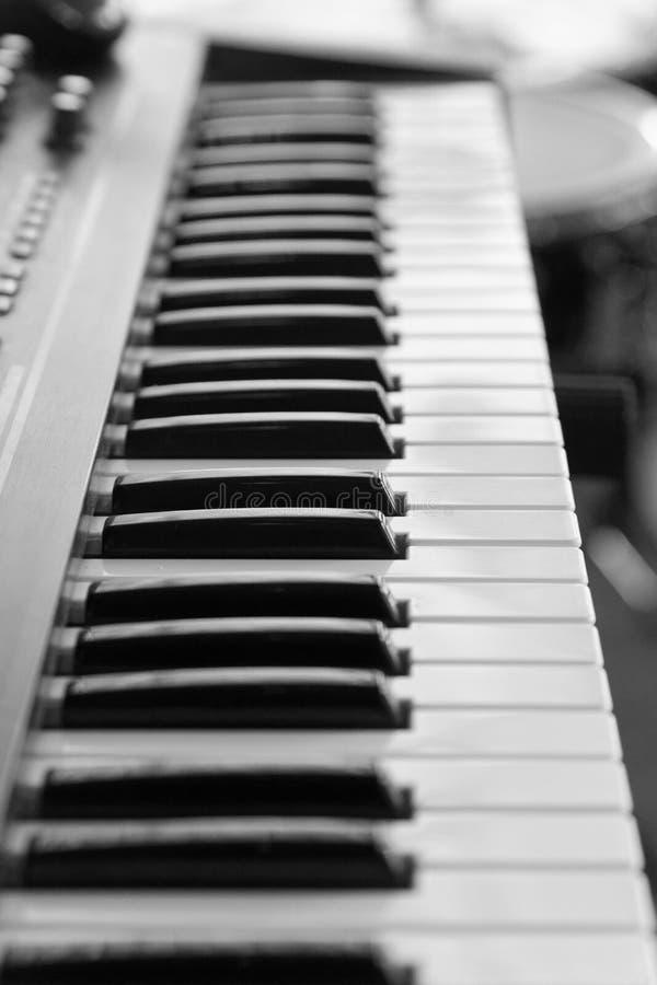 Tastiera del sintetizzatore elettronico di musica, piano su backg vago immagini stock libere da diritti