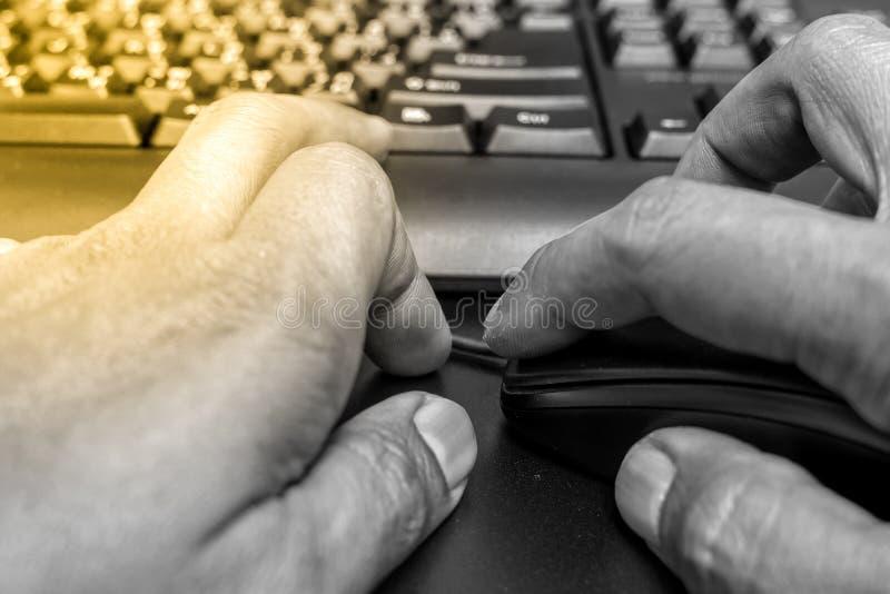 Tastiera del topo di uso della mano immagini stock