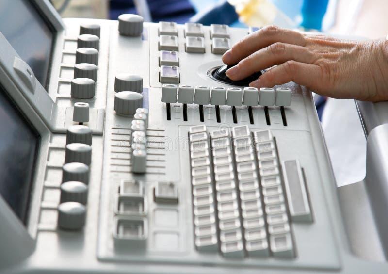 Tastiera dell'apparecchio medico con la mano del medico fotografie stock libere da diritti