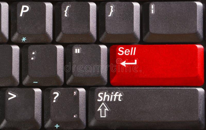 Tastiera di calcolatore con vendita di parola sul tasto rosso immagini stock