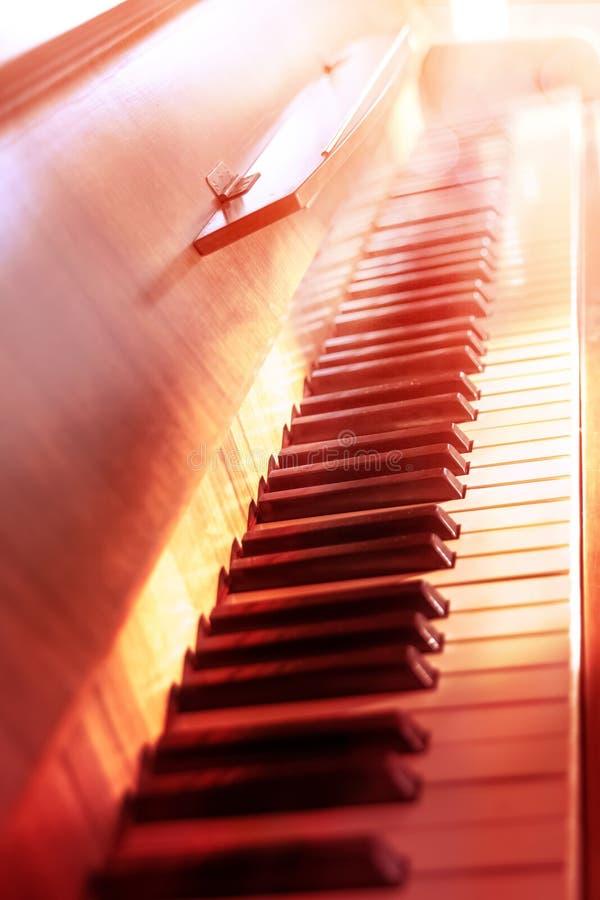 Tastiera di piano illuminata dal sole fotografia stock