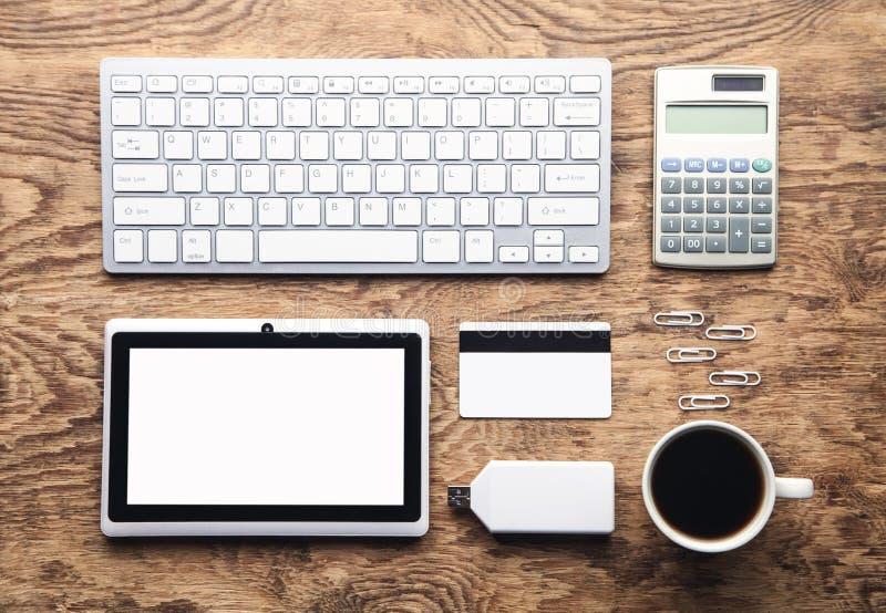 Tastiera e caffè di computer bianchi sullo scrittorio di legno Concetto di affari fotografia stock
