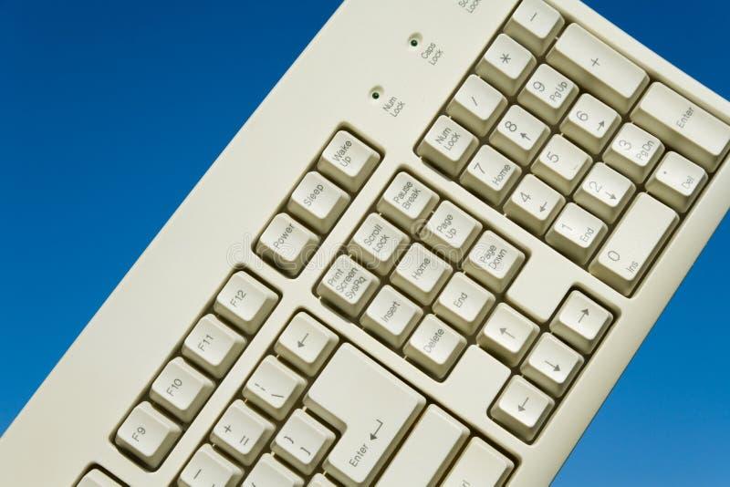 Tastiera e cielo blu di calcolatore fotografie stock