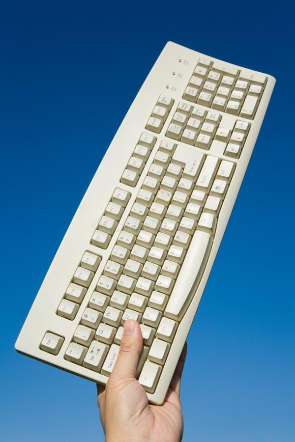 Tastiera e cielo blu di calcolatore fotografia stock