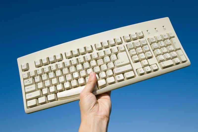 Tastiera e cielo blu di calcolatore immagine stock