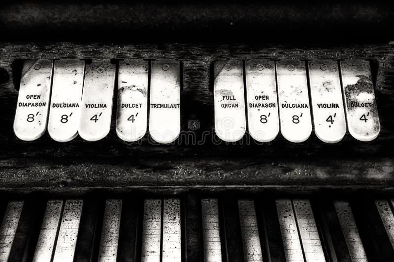 Tastiera e commutatori antichi dell'organo della chiesa fotografia stock
