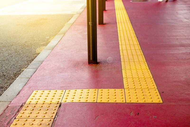 Tastiera gialla per handicap cieco sul sentiero delle tegole in giappone, strada per la cecità delle persone fotografia stock libera da diritti