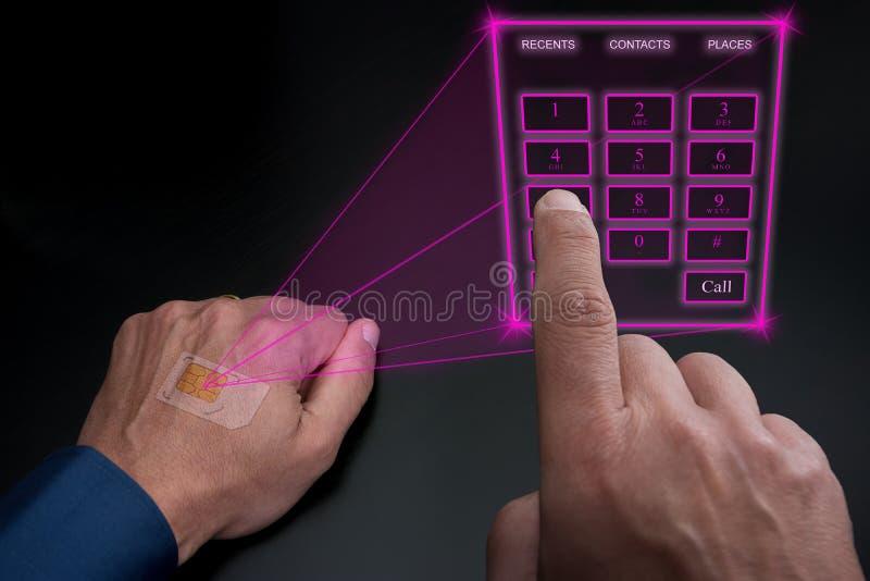 Tastiera olografica del telefono sporgente dal SIM impiantato sotto la pelle fotografie stock libere da diritti