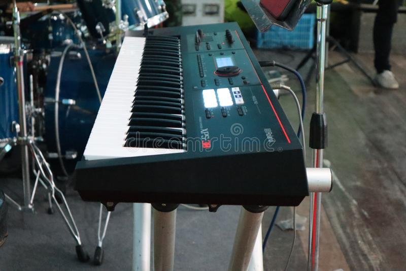 Tastiere e tamburi elettrici in scena fotografia stock
