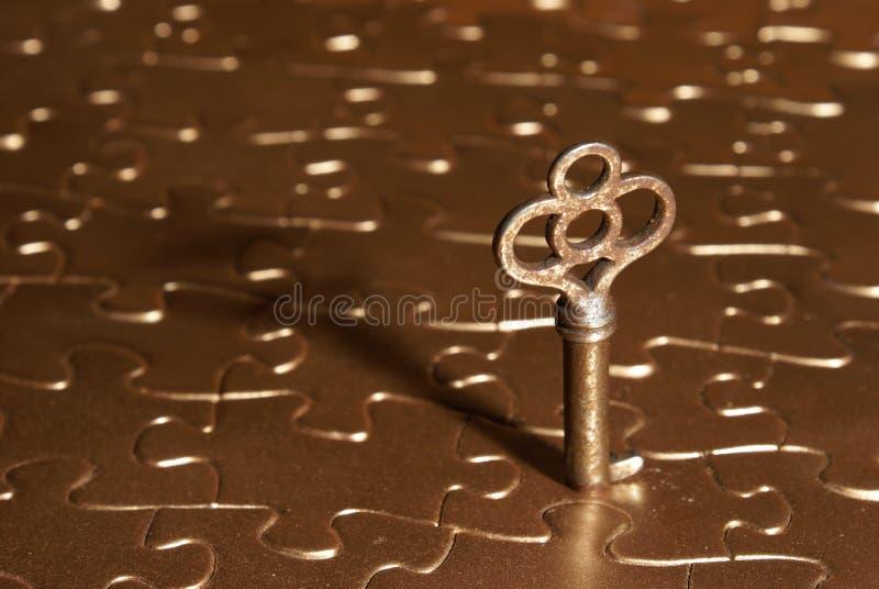 Tasto al puzzle dorato fotografie stock