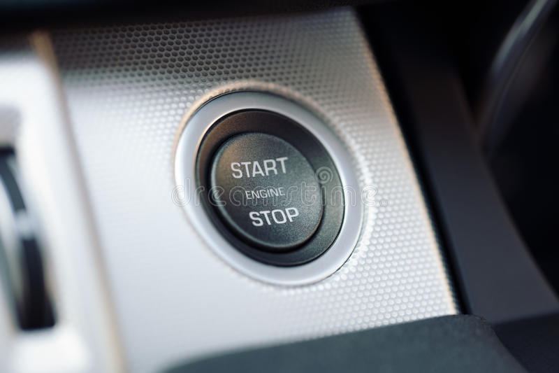 Tasto di arresto di inizio e del motore di automobile su un'automobile ibrida immagini stock