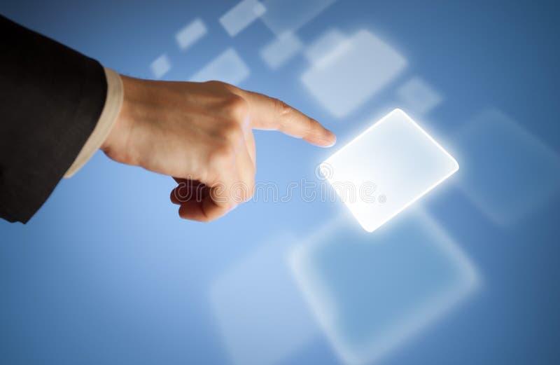 Tasto virtuale di stampaggio a mano sullo schermo attivabile al tatto fotografie stock libere da diritti