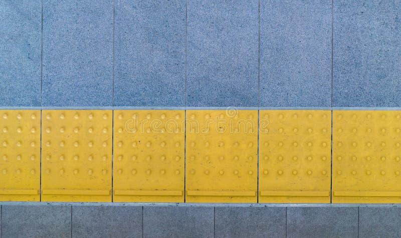 Tastpflasterung für blindes Handikap auf Fliesenfußweg lizenzfreies stockbild