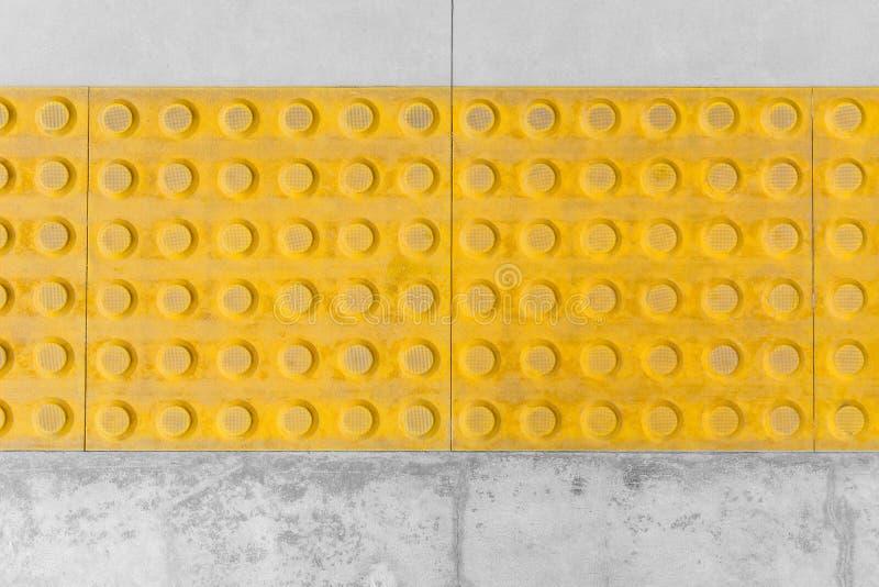 Tastpflasterung oder Fliesenfußweg für Vorhänge stockbild
