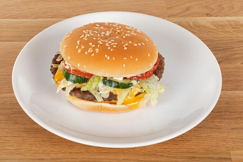 Tasty cheeseburger royaltyfri bild