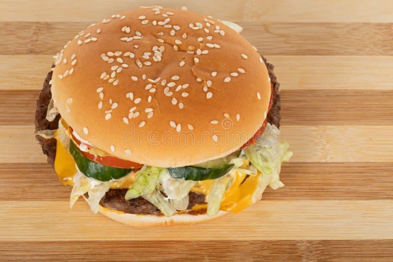 Tasty cheeseburger fotografering för bildbyråer