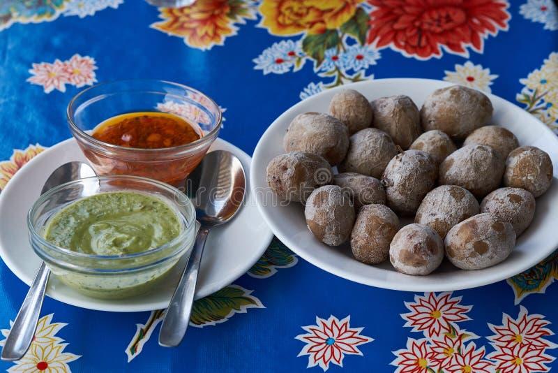 Tatów arrugadas, tradycyjny gotowany kartoflany naczynie jedzący w wyspach kanaryjskich Canarian wrinkly grule zdjęcie stock