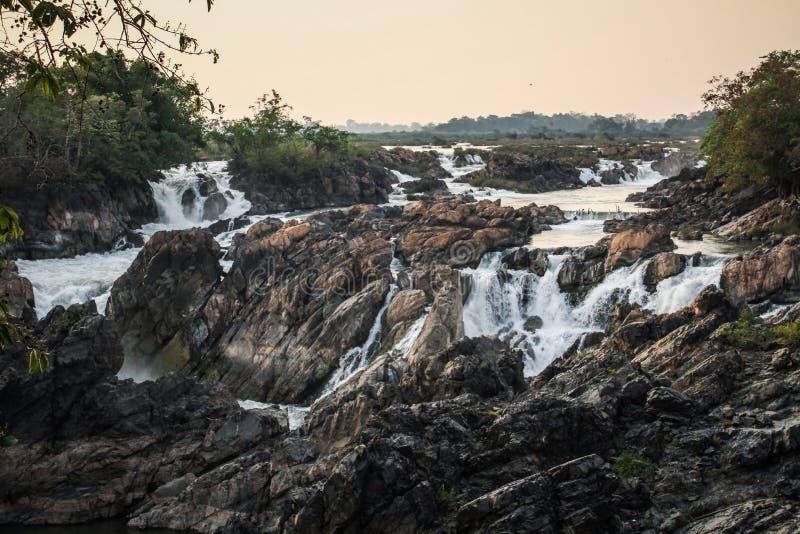Tat Somphamit Waterfall al tramonto, Don Khon, si Phan Don, provincia di Champasak, Laos fotografie stock libere da diritti