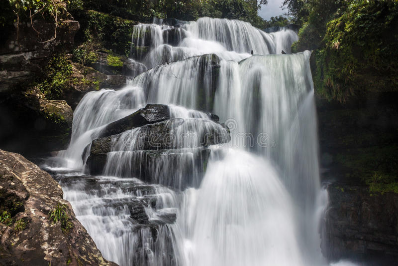 Tat Tha Jet-Wasserfall stockfotos