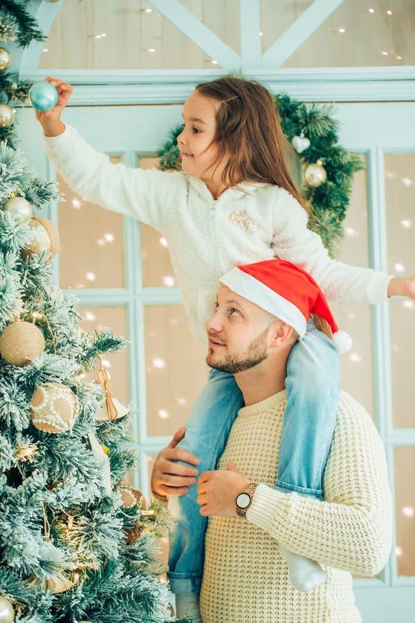 Tata i córka dekorujemy choinki indoors ranek przed Xmas zdjęcie royalty free