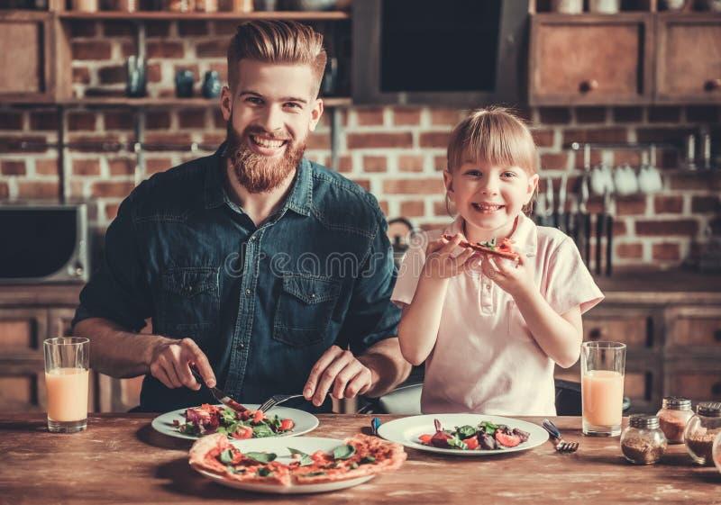 Tata i córki kucharstwo fotografia stock