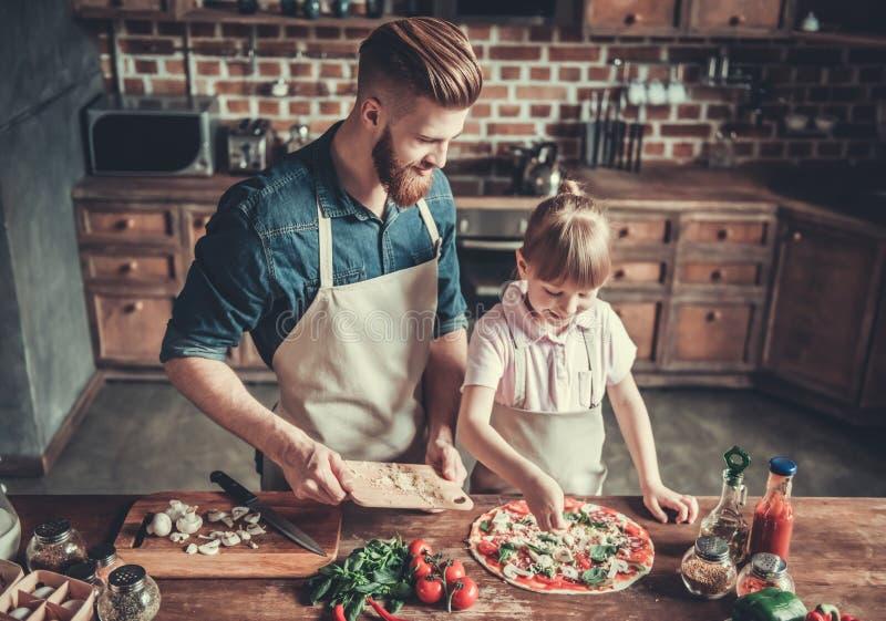 Tata i córki kucharstwo zdjęcia stock