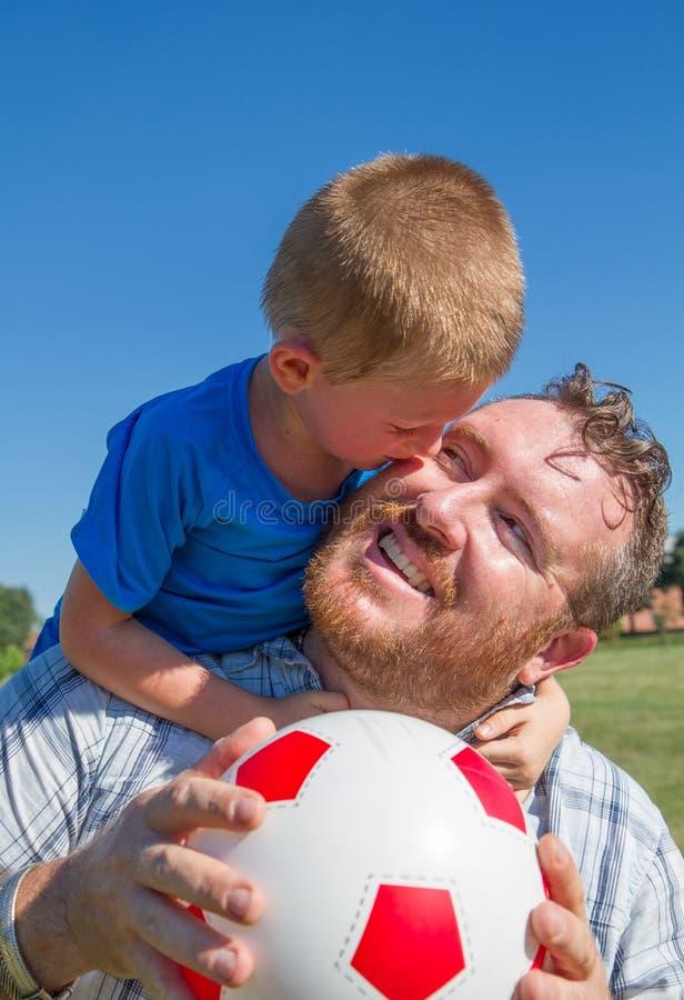 Tata i chłopiec sztuka z piłką zdjęcia royalty free