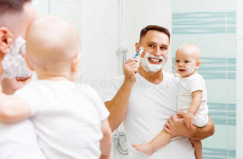 Tata i dziecka syna ogolenie fotografia royalty free