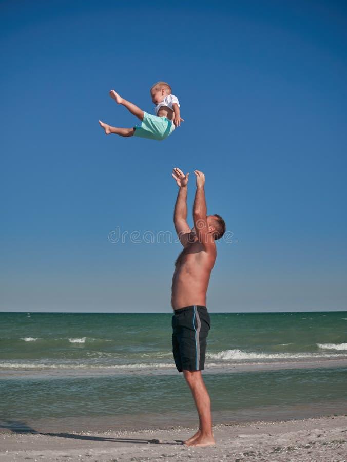 Tata i dziecko bawić się na nadmorski w lecie Szczęśliwa rodzina i szczęśliwy dzieciństwa pojęcie Chłopiec ma zabawę z fotografia royalty free