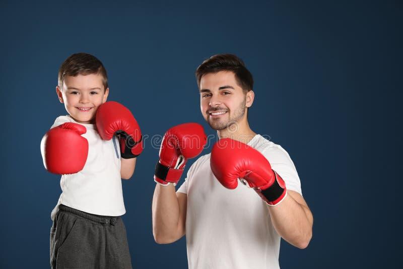 Tata i jego syn z bokserskimi rękawiczkami zdjęcie stock