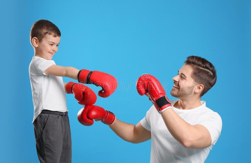 Tata i jego syn z bokserskimi rękawiczkami zdjęcia stock