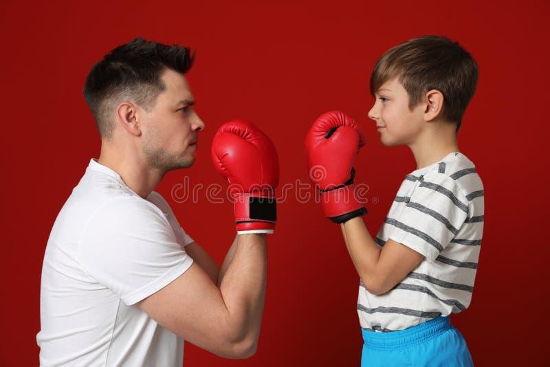 Tata i jego syn z bokserskimi rękawiczkami obrazy stock