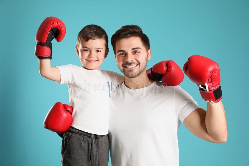 Tata i jego syn z bokserskimi rękawiczkami zdjęcia royalty free