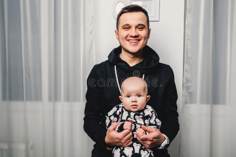 tata i mały dziecko pokazujemy różne emocje w kamerze obrazy royalty free