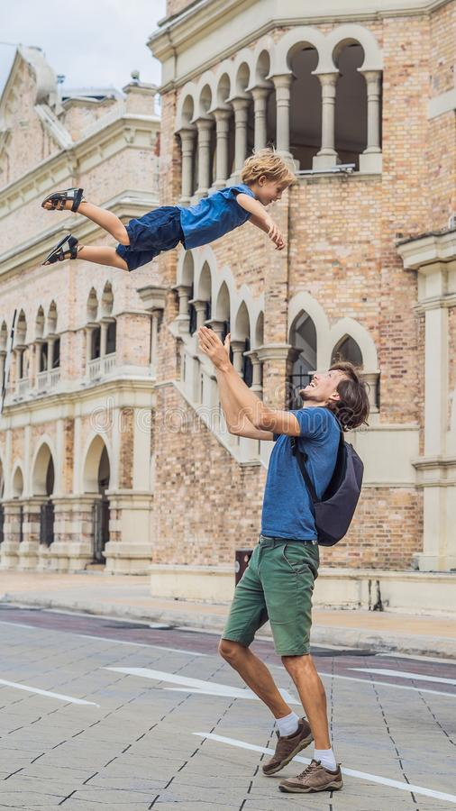 Tata i syn na tle sułtanu Abdul Samad budynek w Kuala Lumpur, Malezja Podróżować z dziecka pojęciem obraz royalty free