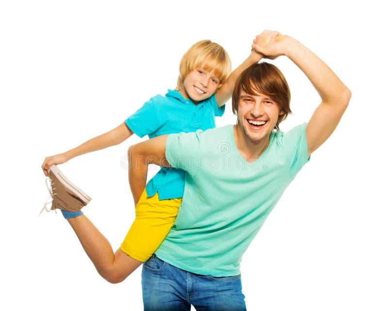 Tata i syn pokazuje niektóre akrobatycznych fotografia royalty free