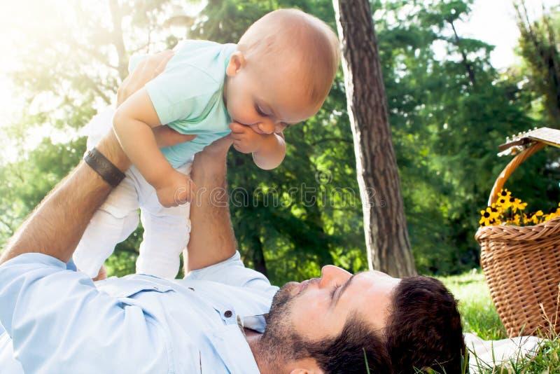 Tata i syn wydaje czas plenerowego na letnim dniu fotografia royalty free