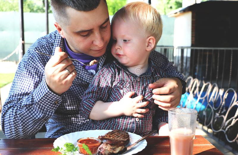 Tata karmi dziecka w kawiarni obraz royalty free