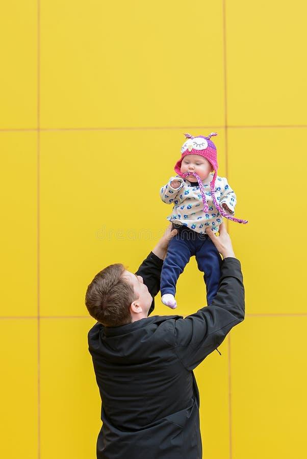 Tata ma zabawę z córką obrazy royalty free